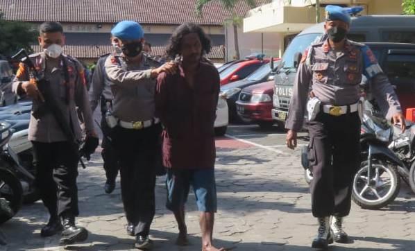 Sok Jagoan, Pria Gondrong Ini Acungkan Golok ke Polisi, Akhirnya Tak Berkutik