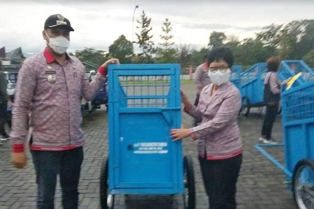 Wujudkan Simalungun Bersih, DLH Bagikan Sarana Pengelolaan Sampah