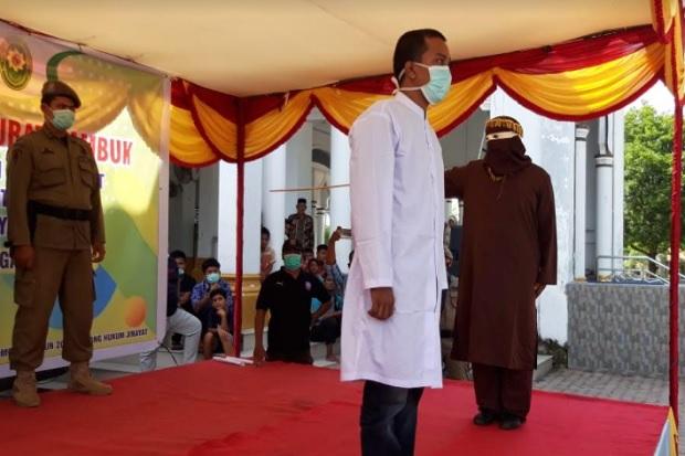 Begini Eksekusi Hukuman Cambuk Bagi Tiga Pelaku Judi Online di Aceh