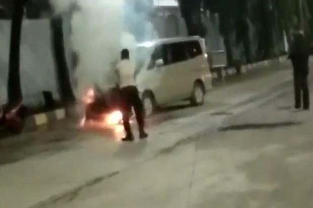 Mobil Terbakar di Pelabuhan Merak Penumpang Kapal Panik