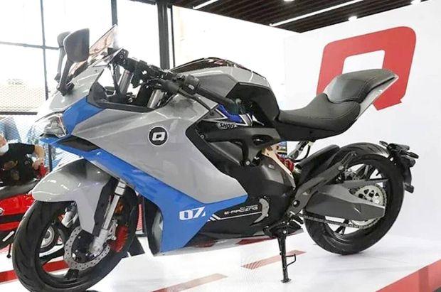 Benelli Resmi Memperkenalkan Motor Listrik Pertama QJ7000D