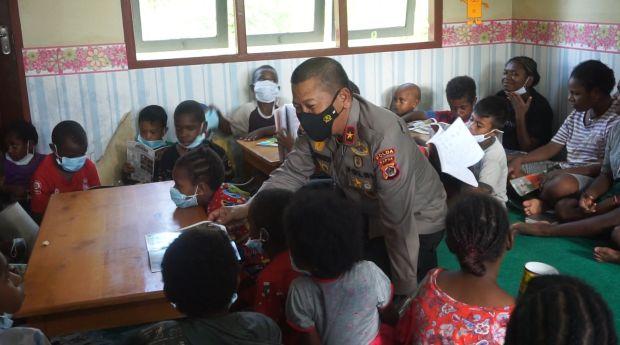 Sayang dan Peduli Anak-anak, Wakapolda Papua Bagikan Ribuan Buku Bacaan