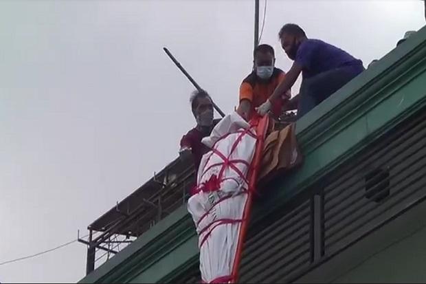 Dramatis Evakuasi Jenazah Pemilik Penginapan yang Tewas Kesetrum di Atap Losmen