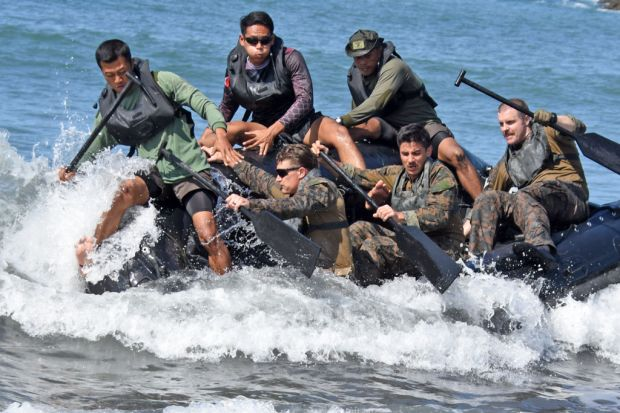 Pasukan Elit TNI Angkatan Laut dan Marinir Amerika Taklukkan Ganasnya Ombak Laut Banyuwangi