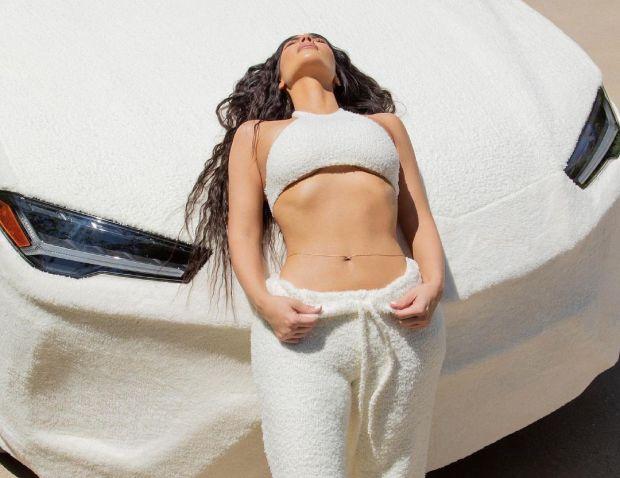 Promosi Pakaian Dalam, Kim Kardashian Bikin Lamborghini Urus Penuh dengan Bulu