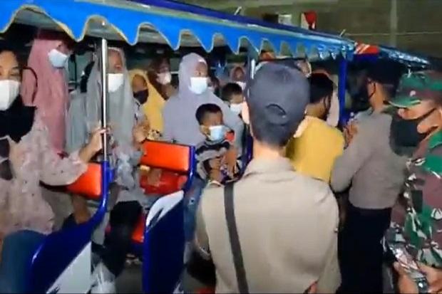 Ada yang Positif COVID-19, Tangis Rombongan Warga Pecah di Atas Kereta Kelinci