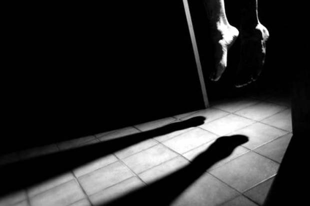 Wanita Kediri Menjerit Histeris Melihat Suaminya Tewas Tergantung di Dapur
