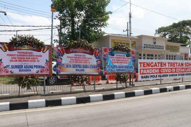 Karangan Bunga Warga untuk TNI-Polri Dukung Penanganan COVID-19