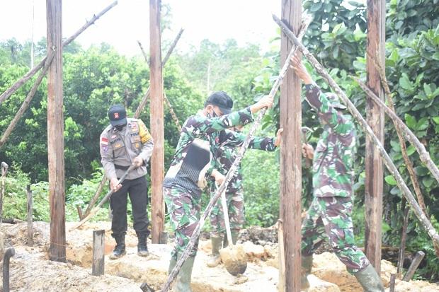 Ajak Warga Perbatasan Hidup Sehat, TNI Bangun MCK dan Tempat Air Bersih