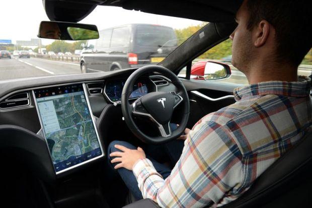 NHTSA Selidiki 10 Kematian yang Diduga karena Tesla Autopilot
