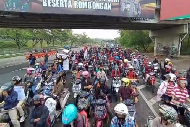 Geruduk Balai Kota Surabaya, Ratusan Warga Madura Tuntut Penyekatan Dihentikan