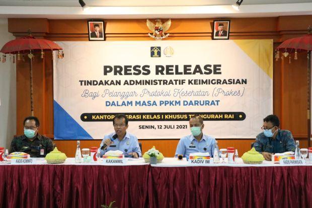 Tiga WNA Pelanggar PPKM Darurat di Bali Dideportasi, Satu Dikarantina Karena Positif COVID-19