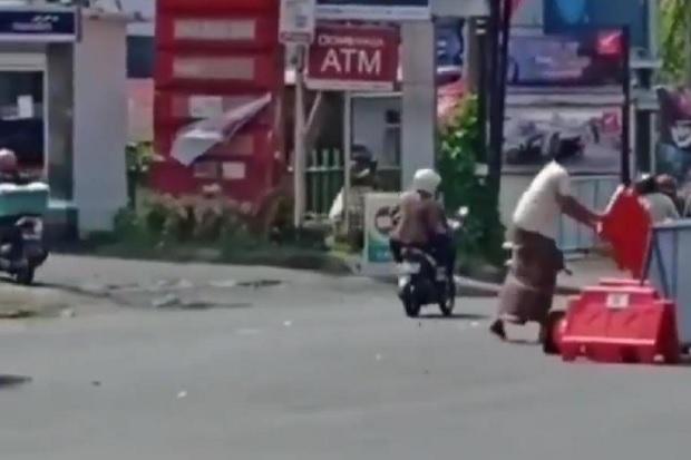 Kesal dengan Penyekatan, Pria di Denpasar Ini Nekat Bongkar Barrier dan Traffic Cone