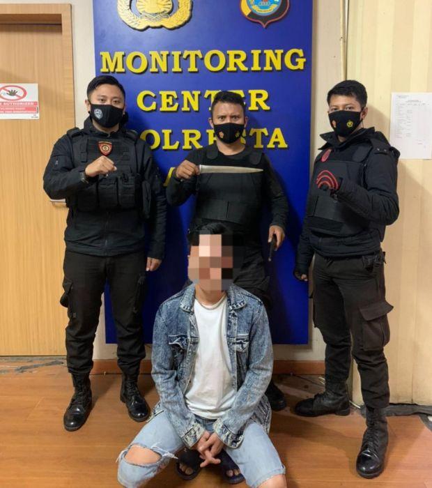 Apes, Kaget Lihat Polisi, Badik Pria Manado Ini Jatuh di Depan Petugas