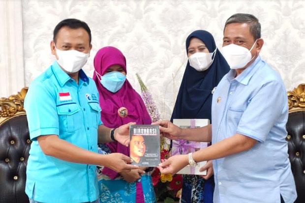 Amran Hadiahi Ketua DPW Partai Gelora saat Berkunjung ke Wajo