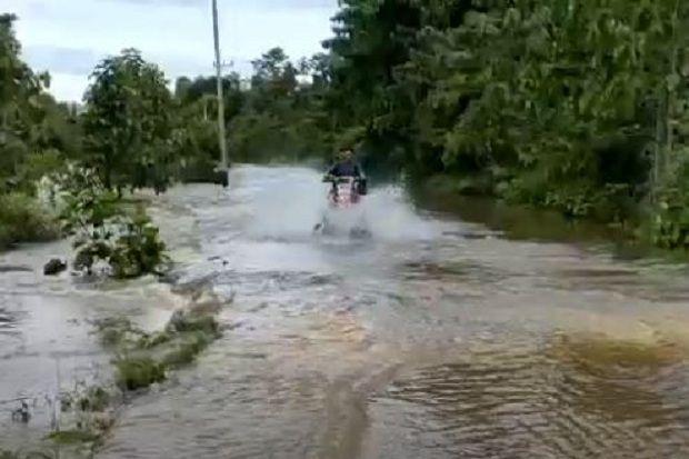 Jalan Nasional Trans Papua Barat Dihantam Banjir, Sejumlah Kendaraan Mogok