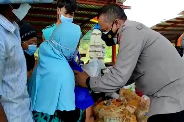 PPKM Darurat Obyek Wisata Ditutup, Polres Pemalang Peduli Bagikan Bansos ke Pedagang