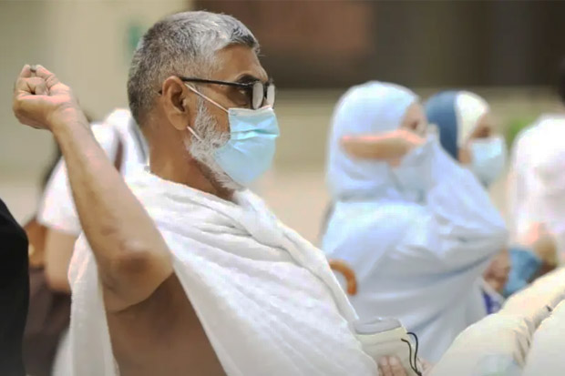 Jamaah Haji Lakukan Lempar Jumrah dengan Protokol COVID-19