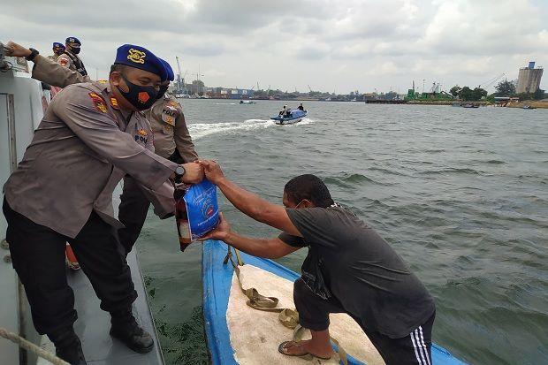Bukan Didarat, Satpolair Polresta Barelang Bagikan Paket Beras di Tengah Laut