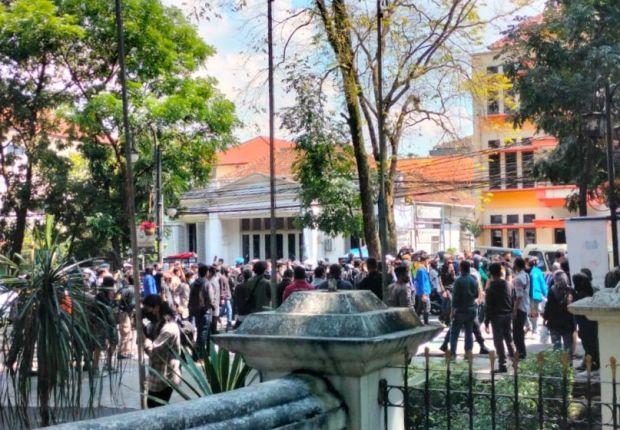 Ratusan Massa Geruduk Balai Kota Bandung, Protes PPKM Darurat