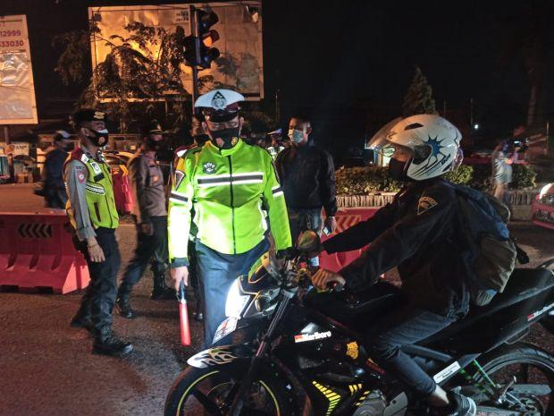 Bahaya! Jalan Ditutup Selama PPKM Darurat Digunakan Nongkrong Warga