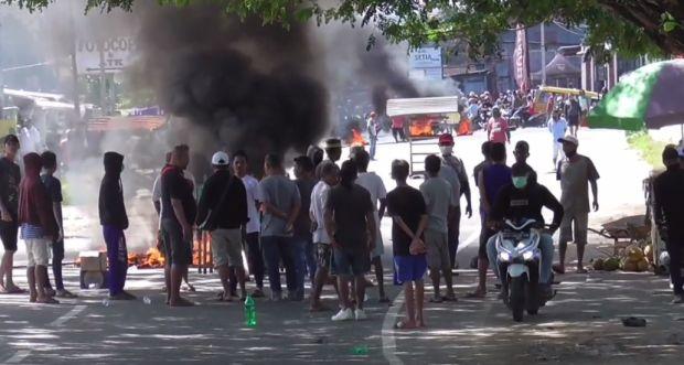 Emosi Sering Dirampok, Ratusan Warga Sorong Blokade Jalan dan Bakar Ban