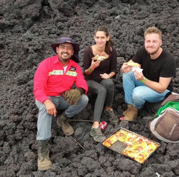 Viral Pizza Pacayayang Dimasak dengan Lava Panas dari Gunung Berapi