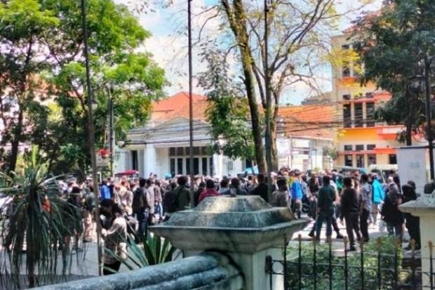 Bandung Gempar, Demonstran Tolak PPKM Bawa Bom Molotov dan 7 Positif COVID-19