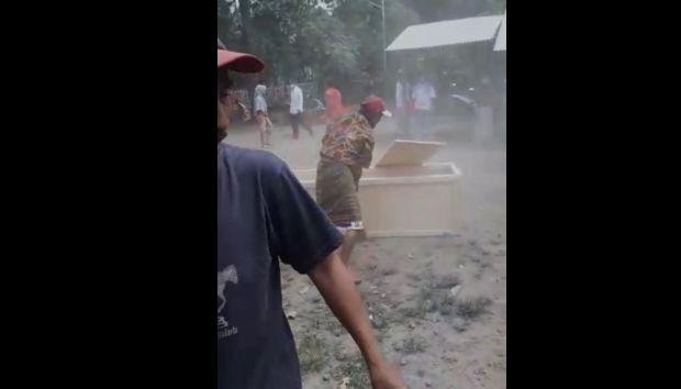 Puluhan Warga di Situbondo Ambil Paksa Jenazah COVID-19 dari Ambulance dan Rusak Peti