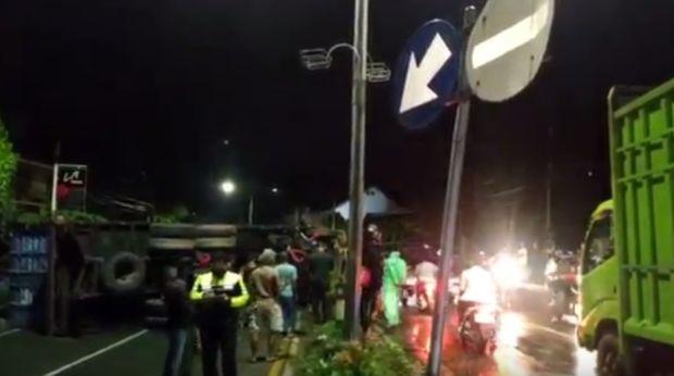Palopo Gempar, Truk Kontainer 38 Ton Terguling di Jalan Pusat Kota