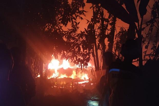 Kobaran Api Hanguskan Pabrik Jamur di Sukabumi, Warga Panik Padamkan Api