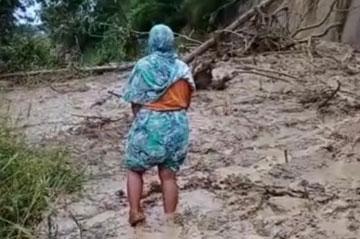 Material Longsor Tutup Akses Jalan Poros di Kabupaten Enrekang