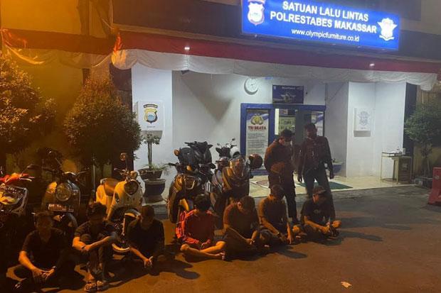 Dua Polisi Tertabrak Mobil saat Bubarkan Balap Liar di Makassar