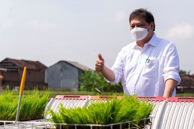 Boot Penuh Lumpur, Airlangga Blusukan ke Sawah Tinjau Smart Farming di Klaten