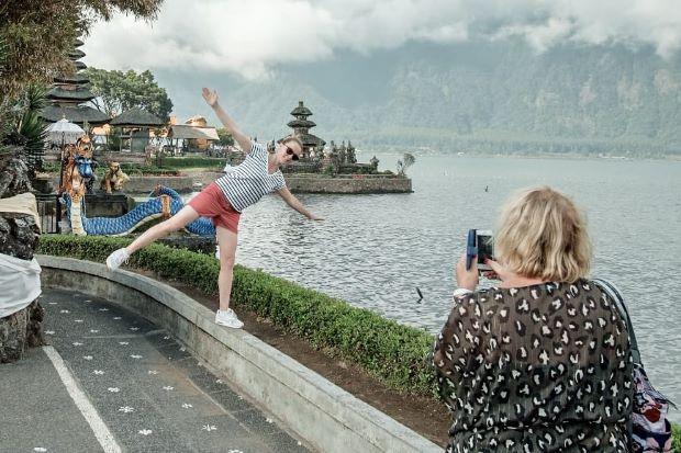 Luhut Umumkan Bali dan Kepri Buka Pintu untuk Turis dari 19 Negara