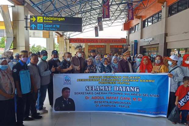 Tiba di Bandara Sentani Jayapura, Abdul Hayat Disambut Kerukunan Keluarga Barru