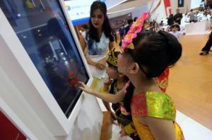 Kegembiraan Anak-Anak Bermain Game di Booth Astra Financial