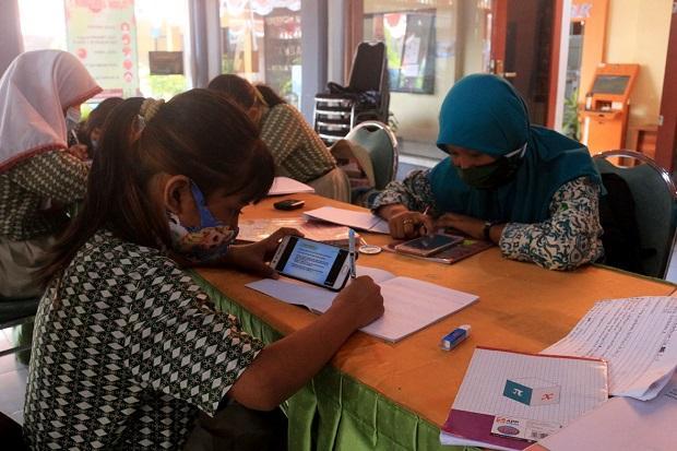 Tak Ada Sinyal, Siswa Dijemput dan Belajar Daring di Pendopo