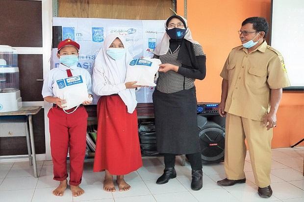 IKA ITS Serahkan Bantuan Gawai Rp400 Juta untuk Sekolah Jarak Jauh