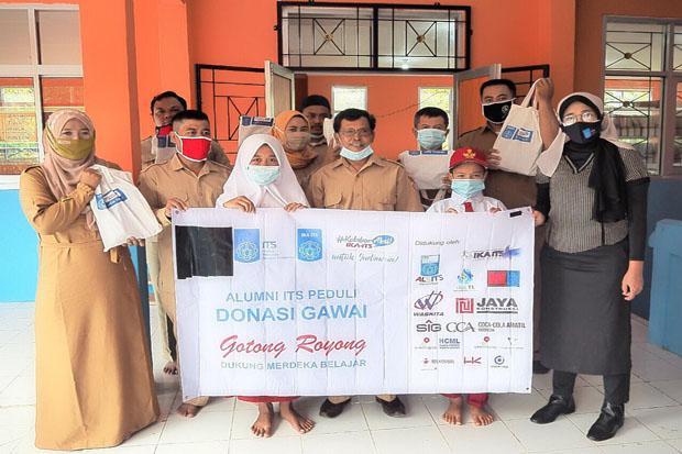 Menko PMK Terima Lebih 500 Gawai dari IKA ITS untuk Bantuan Belajar Jarak Jauh