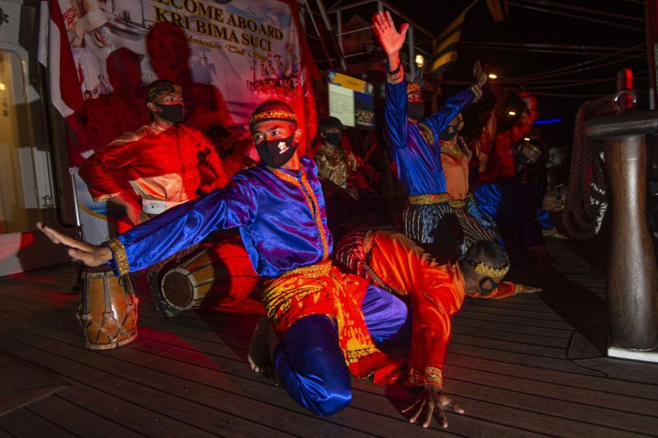 KRI Bima Suci Bersandar di Bintan, Taruna AAL Pentaskan Tarian Tradisional-2