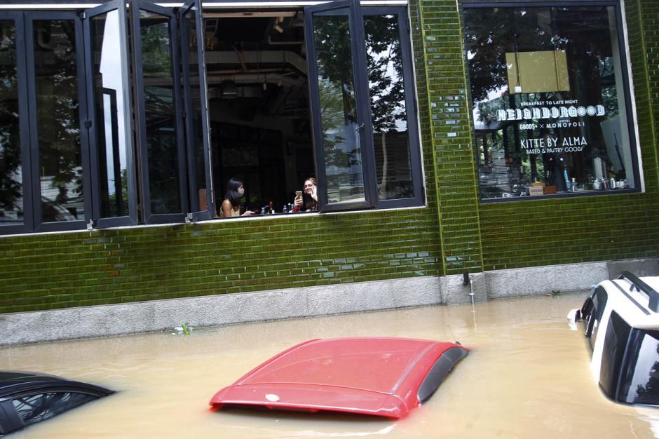 Puluhan Mobil Mewah Terendam Banjir di Kemang-0