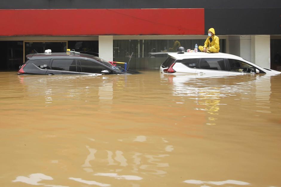 Puluhan Mobil Mewah Terendam Banjir di Kemang-7