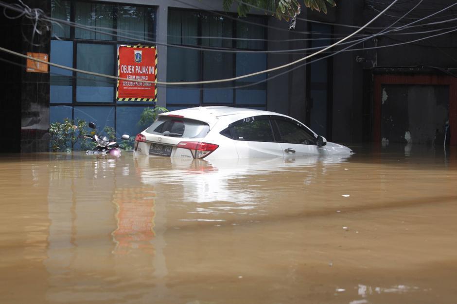 Puluhan Mobil Mewah Terendam Banjir di Kemang-5