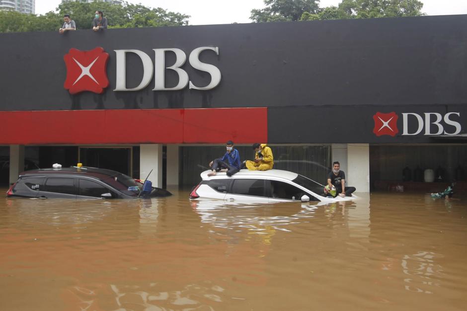Puluhan Mobil Mewah Terendam Banjir di Kemang-3