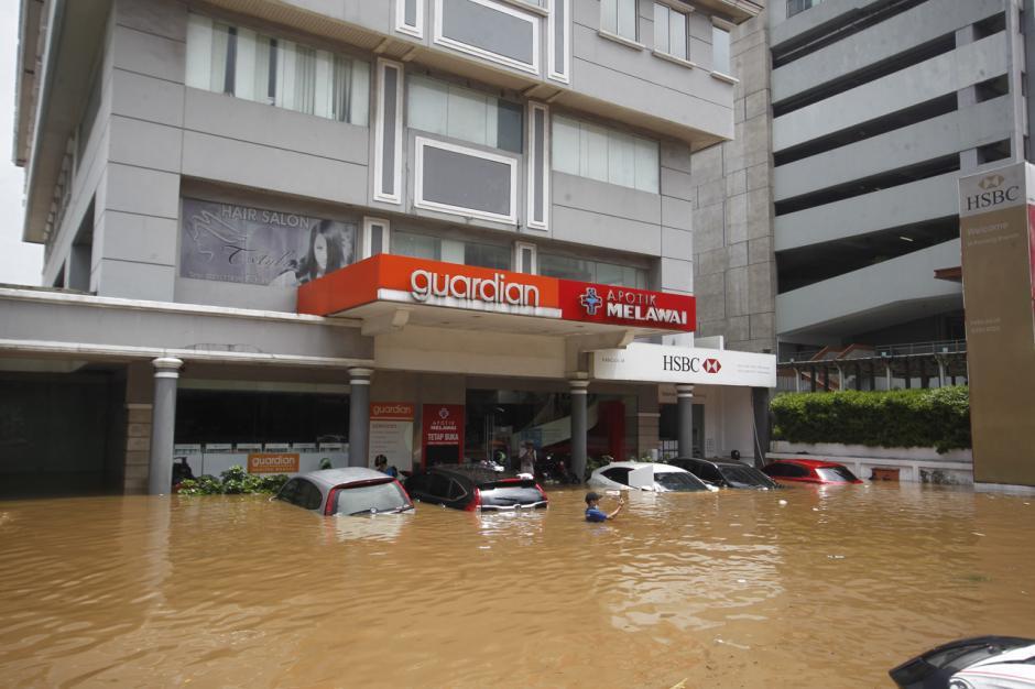 Puluhan Mobil Mewah Terendam Banjir di Kemang-1