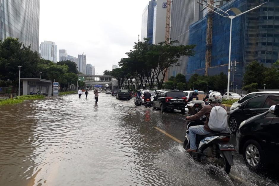 Depan Kampus Atmajaya Tergenang Air, Jalan Jenderal Sudirman Macet-2
