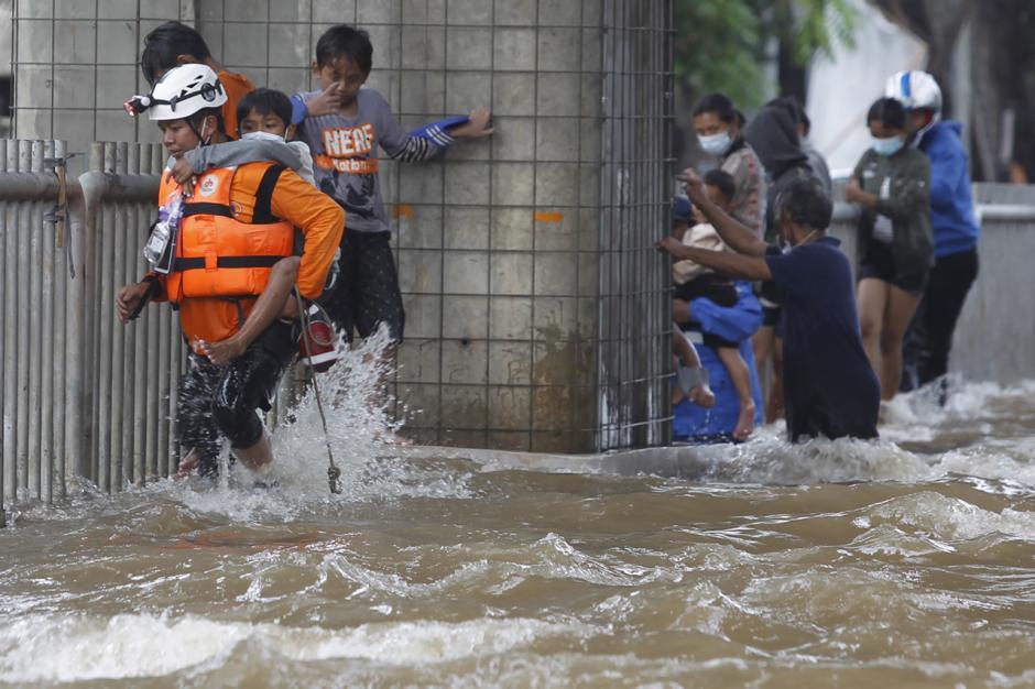 Potret Petugas Menggendong Bocah saat Melintasi Arus Luapan Kali Krukut-0