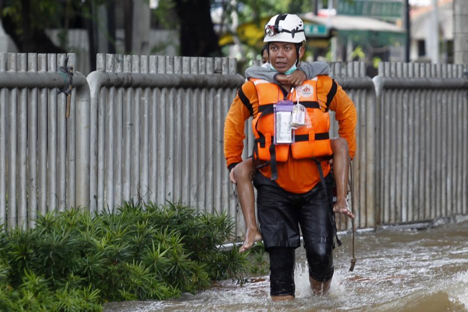 Potret Petugas Menggendong Bocah saat Melintasi Arus Luapan Kali Krukut-1