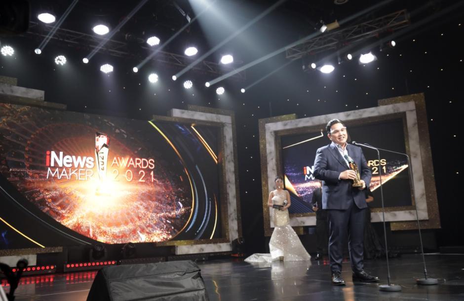 Menteri BUMN Erick Thohir Terima Penghargaan iNews Maker Awards 2021-2